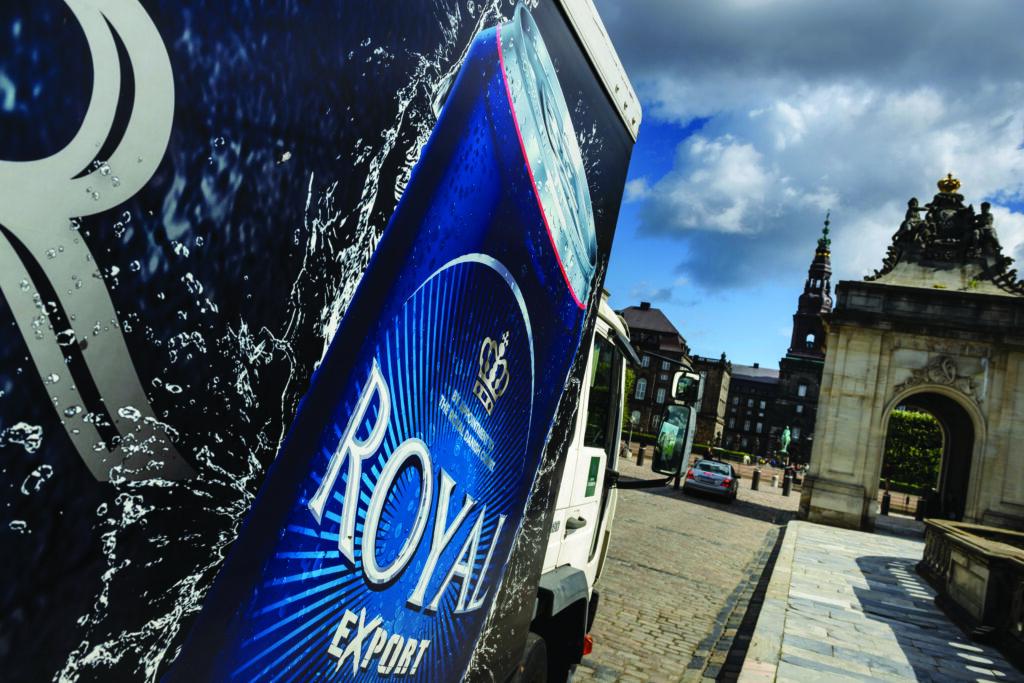 Ølvogn med reklame for Royal Export ved Christiansborg med Folketinget. Royal Unibrew A/S er Danmarks næststørste bryggerivirksomhed.